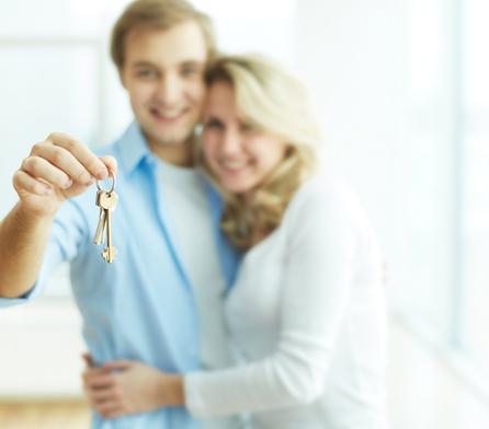 Muž se ženou drží klíče v ruce