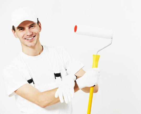 Muž drží natírací štětec