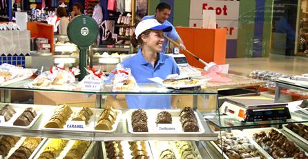 Žena pracujicí v cukráně