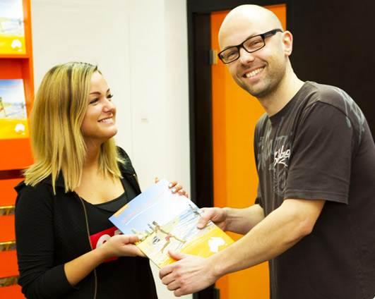 Fotka dvou lidí předávajících si AustraliaOnline katalog
