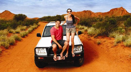 Dívka a chlapec sedí na Terénním autě v Austrálii