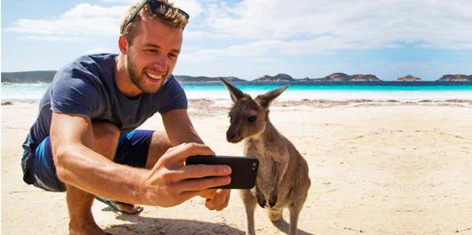 Pán si pořizuje selfie s klokanem