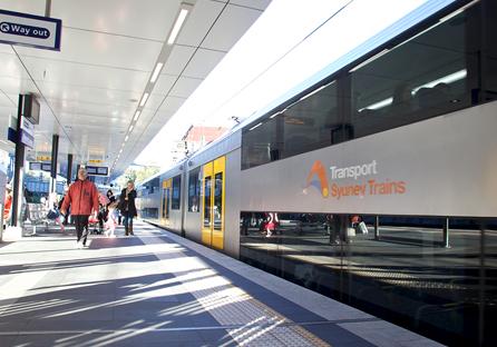 Nástupiště s vlakem v Sydney