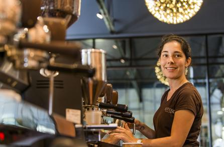 Kavárnice dělá cappuccino